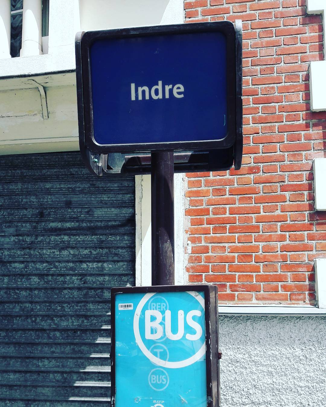 Station de bus à Paris J attends pour rentrer à la campagne #indre #paris #bus #autobus #street #city #weekend #france #instagood #picoftheday #rue #urban
